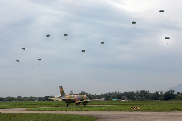 Militares da FAB e do Exército participam de missões de lançamento em aviões Bandeirante
