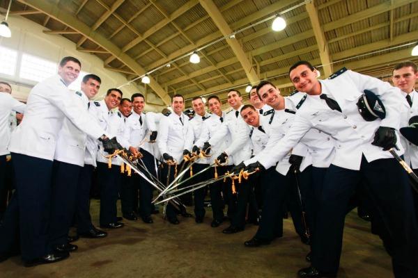 Momento marca o fim de um ciclo e início da carreira dos novos oficiais da Força Aérea
