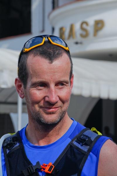 Maratonista irlandês quer correr sete maratonas em apenas cinco dias em sete continentes; uma das etapas aconteceu na Base Aérea de São Paulo