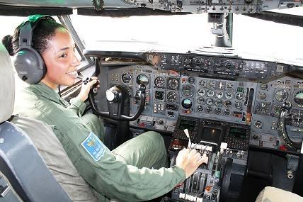No último sábado (26/05), a Tenente Adriana Gonçalves tornou-se a primeira piloto militar a voar o maior avião da Força Aérea Brasileira