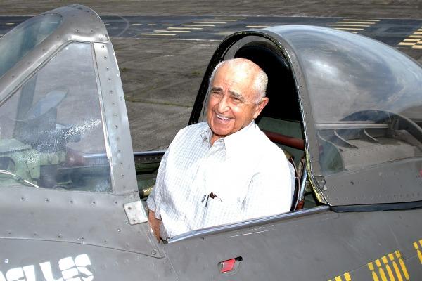 Aviador cumpriu 94 missões de combate na Segunda Guerra Mundial e foi autor do livro Senta a Pua