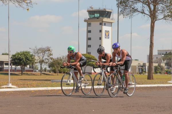 A prática de esportes ocorre diariamente durante os quatro anos dos cursos de formação nas áreas de aviação, intendência ou infantaria