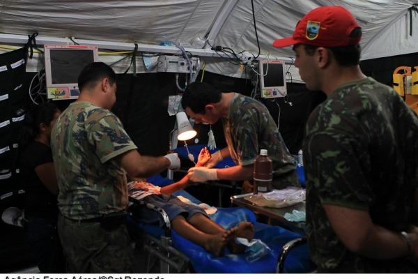 Profissionais estrangeiros compartilham experiências de atuação em conflitos recentes. Evento termina na quarta (03) com exercício simulado
