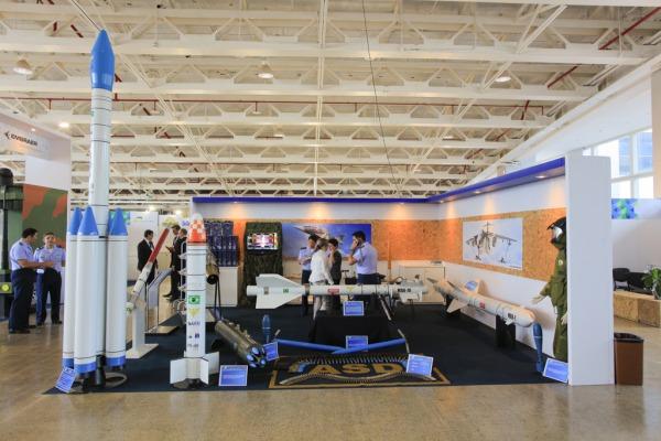 FAB participa da exposição BID Brasil com mísseis e maquetes de foguetes