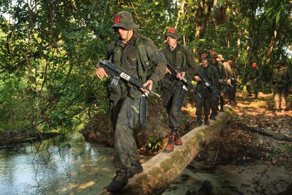 O treinamento ocorre em ambientes de montanha, mar e selva
