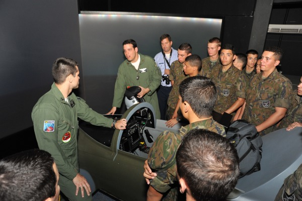 A turma, composta por 141 estudantes, também esteve no Museu Aeroespacial (MUSAL)