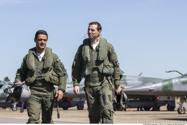 Capitães Fórneas e Gustavo participam de operação de combate aéreo na Base Aérea de Anápolis