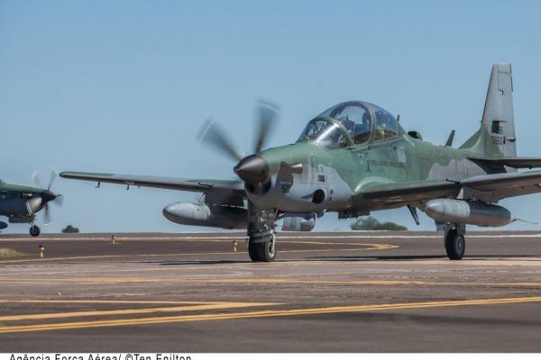 Alunos do ensino fundamental e médio puderam acompanhar um voo no simulador da aeronave A-29