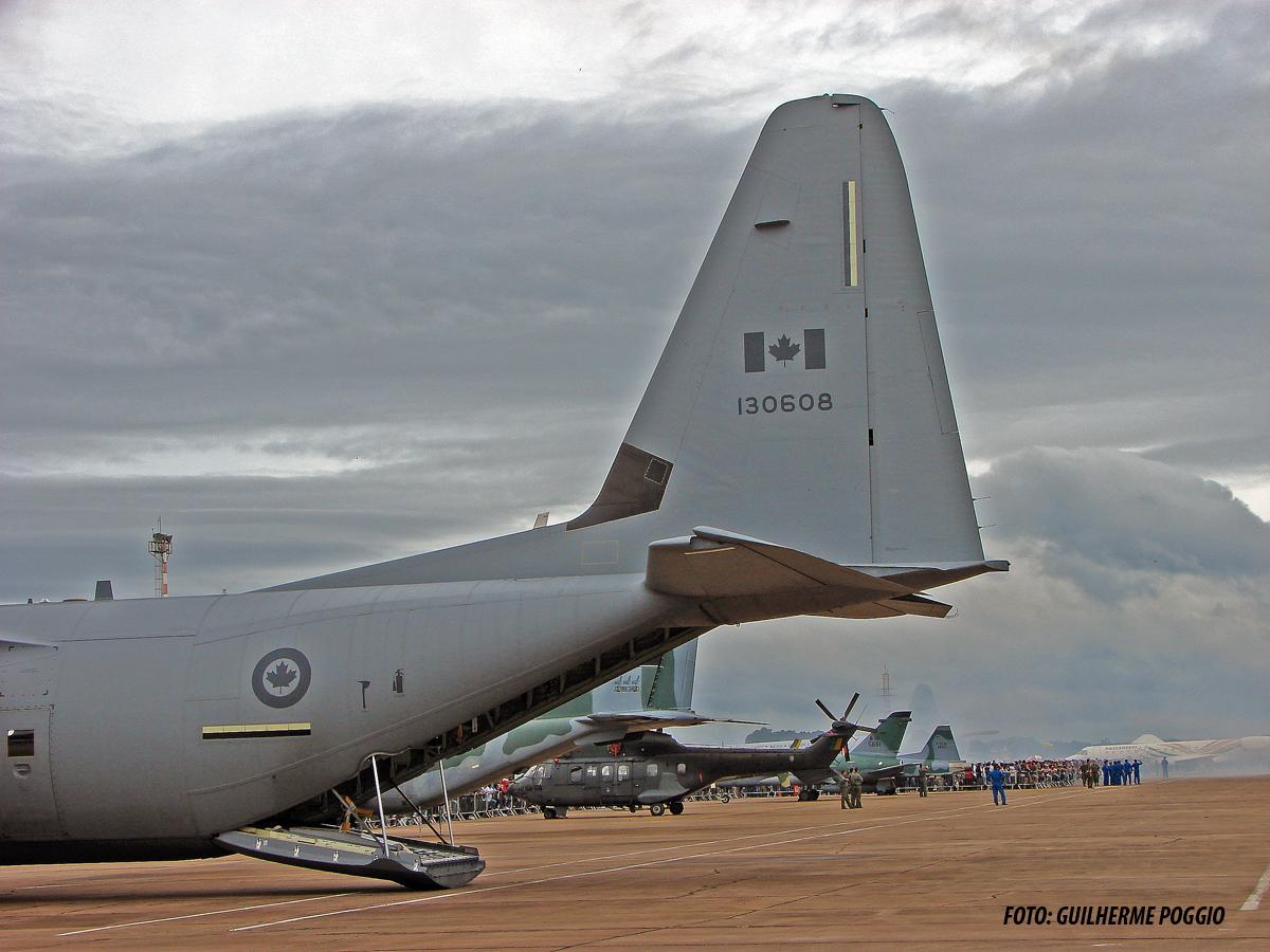 Na foto acima um CC-130J da Força Aérea Canadense estacionado na Academia da Força Aérea em Pirassununga. Observar a área preta na base da deriva. Ela é integrante do sistema anti-gelo da aeronave. O dispositivo foi instalado na após descobrir, durante os ensaios em voo, que o fluxo de ar sobre as asas alterava o processo de formação de gelo nas superfícies da aeronave. FOTO: Guilherme Poggio