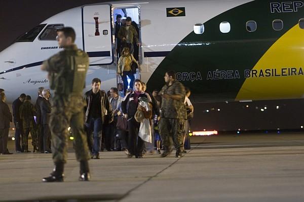 Avião com 30 brasileiros vindos do Chile chega em SP