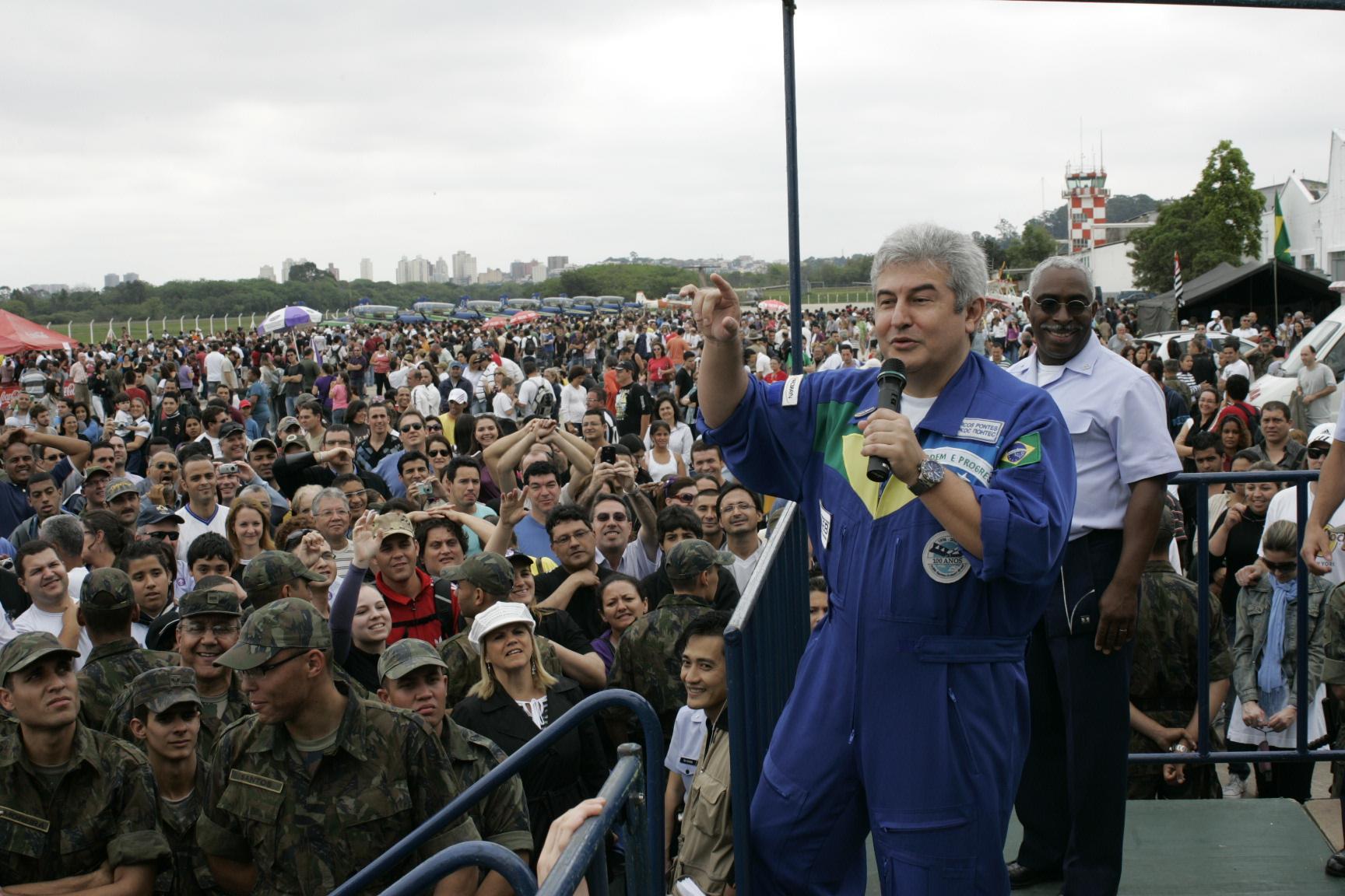 http://www.fab.mil.br/sis/enoticias/imagens/original/7139/astronauta2.jpg