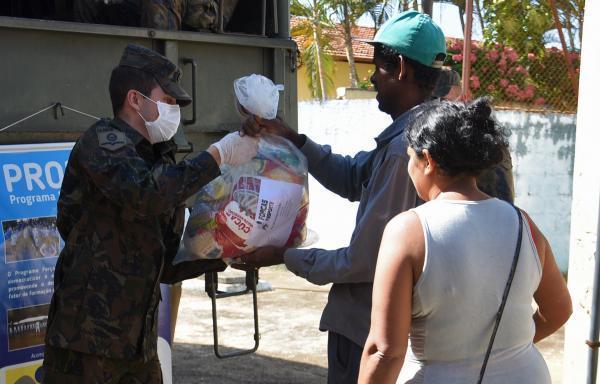 Famílias de 270 participantes receberam os kits, que contém arroz, feijão, leite, macarrão, óleo, sal, biscoito e farinha de trigo