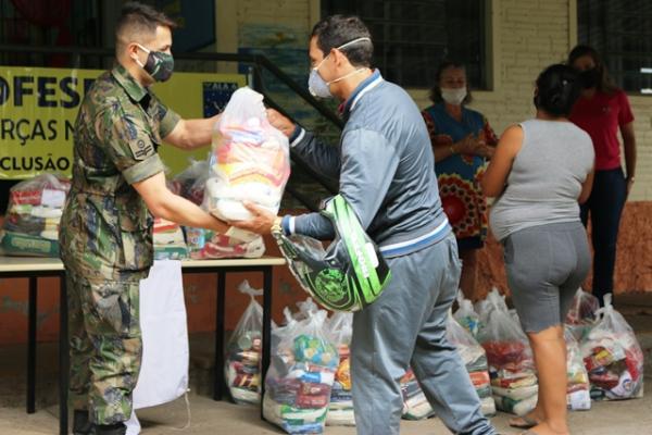 Ações contemplam doação de alimentos, confecção de máscaras, vacinação do efetivo e descontaminação de áreas