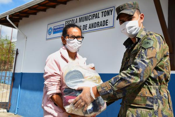Ao todo, 180 famílias receberam os alimentos em Barbacena (MG)
