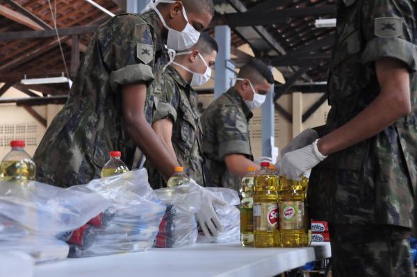 Diariamente militares do DCTA prestam apoio logístico de montagem e organização dos kits a serem distribuídos às famílias cadastradas