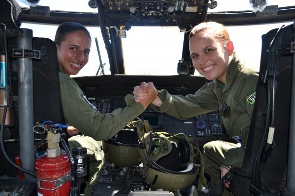 Tenentes Pedretti e Déborah na cabine do Blackhawk  COMAR VII