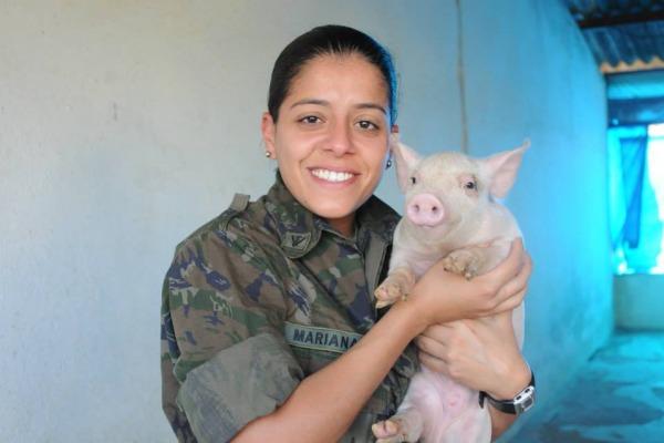 Tenente Mariana é veterinária da FAYS  Cabo Vinícius Santos / Agência Força Aérea