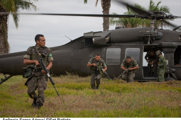 Militares do Exército desembarcam de H-60 da FAB  Sgt Bruno Batista / Agência Força Aérea