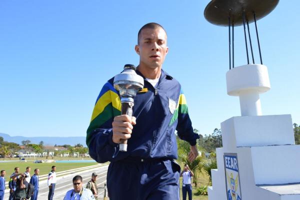 Futuro Sargento da FAB leva a Pira Olímpica  CB Renan / EEAR