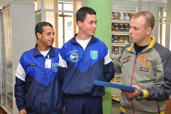 À direita, ex-aluno Gabriel destaca a importância da literatura na formação  EPCAR/Sgt Leopoldo