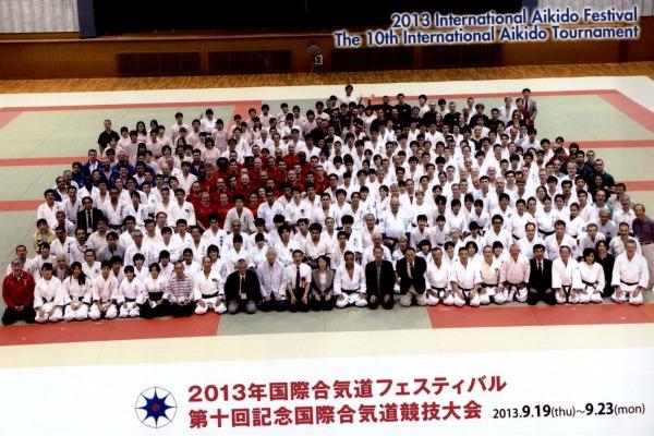 Foto oficial com os competidores do mundial de aikido  Organização do evento