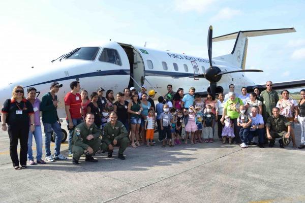 Familiares e crianças sobrevoaram Beleém a bordo do C-97 Brasília  BABE