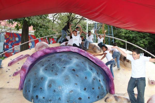 Crianças interagem na célula humana gigante  SO RR Guimarães/PAME-RJ