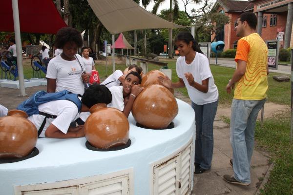 Crianças processam as emissões de som e eco  SO RR Guimarães/PAME-RJ