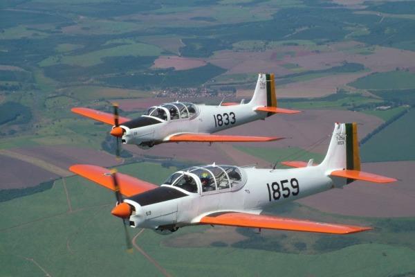Todo ano, aproximadamente cem cadetes passam por treinamento na aeronave  AFA
