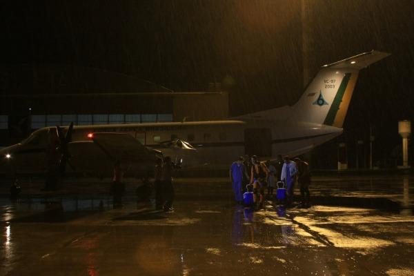 Sob chuva, coração e pulmão chegam à Base Aérea de Brasília  Cb Bispo/ VI COMAR