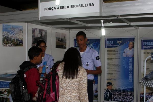 Estudantes visitam estande da FAB na Feira das Profissões  Soldado Eduardo / CIAAR