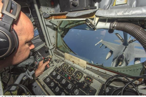 O especialista direciona a mangueira de reabastecimento por joystick  Sargento Batista/Agência Força Aérea