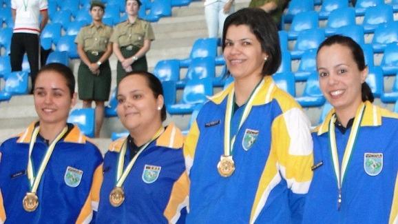 Tenentes Rachel, Ligia e Cristina e Capitã Roberta, com as medalhas da Carabina  CDA