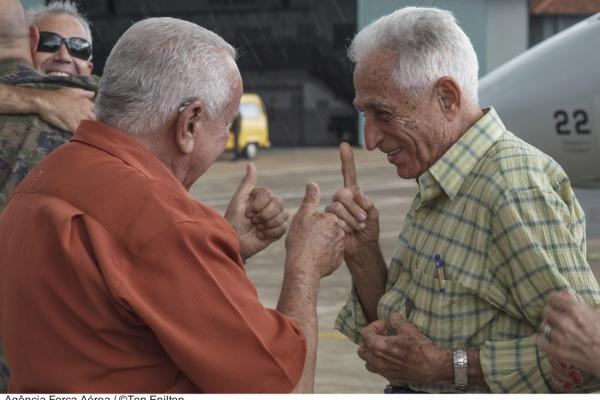 Doc Santos (à esq) reencontra Cel. Neri Nascimento, pioneiros do grupo  Agência Força Aérea/Ten. Enilton