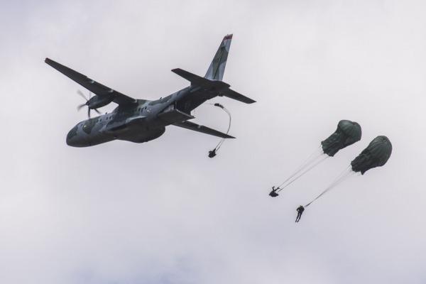 Os paraquedistas saltaram do C-105 Amazonas   Agência Força Aérea/Ten. Enilton