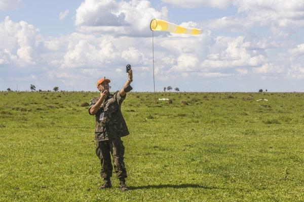 O mestre de salto precursor informa a direção e velocidade do vento à tripulação  Agência Força Aérea/Ten. Enilton
