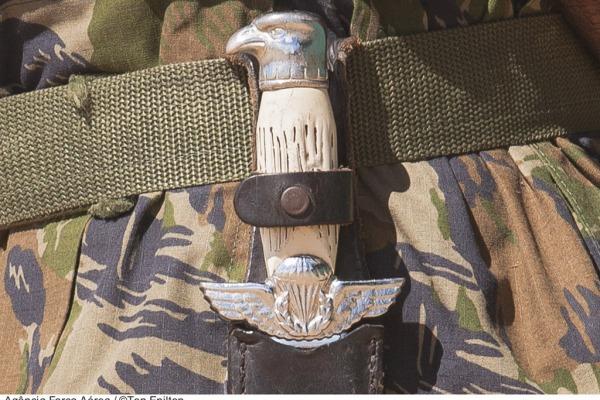 A faca operacional presa ao cinto é símbolo do Pastor  Agência Força Aérea/Ten. Enilton