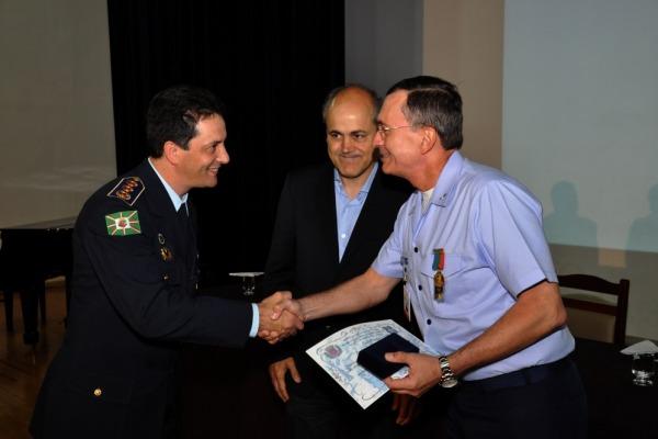 Brigadeiro Bastos entrega diploma a concludente  2S R/1 Raksa