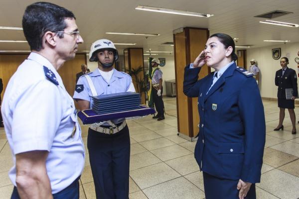 Tenente-Coronel Tânia recebe medalha por 30 anos de serviço  Sargento Rezende/ Agência Força Aérea