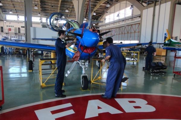 Mecânicos fazem manutenção das aeronaves  Ten Cocate