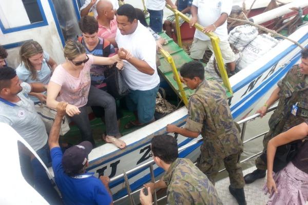 Embarcação do CLA presta apoio à população local  Sd 1ª Classe Ramos/ CLA