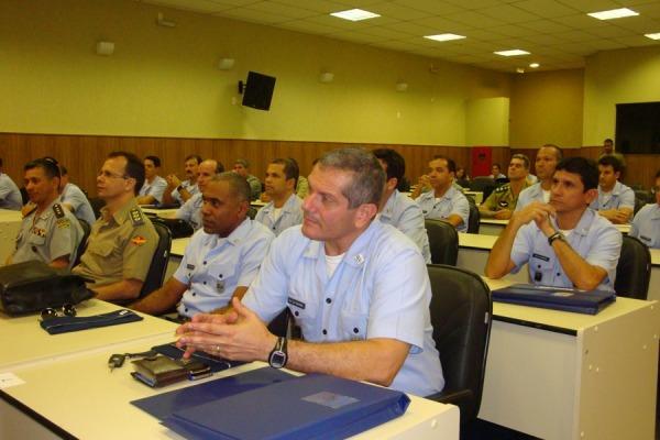 Comandantes,chefes e diretores em sala de aula