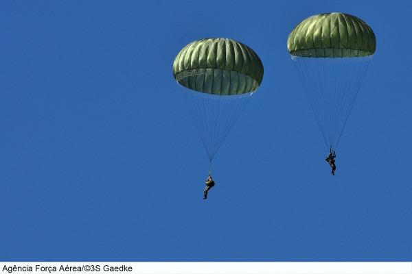 Salto de cadetes do 1º Esquadrão.  Sgt. Gaedke