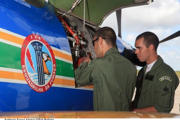 Mecânicos realizam manutenção em aeronave  Sgt Batista