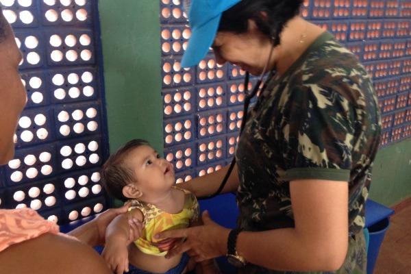 Atendimento pediátrico à Jéssica, de 8 meses.  2º Ten Gabriela (ACS)
