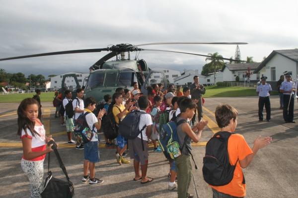 Os alunos do projeto social puderam conferir as aeronaves envolvidas no exercício de busca e salvamento, além de apresentações da banda de música da Base