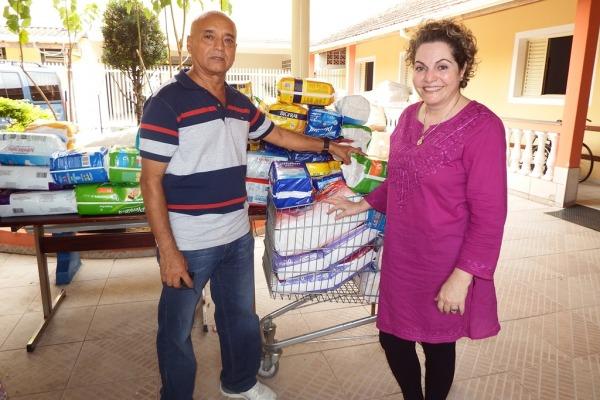 Presidente do asilo recebe as doações  Wilson Lima / DCTA