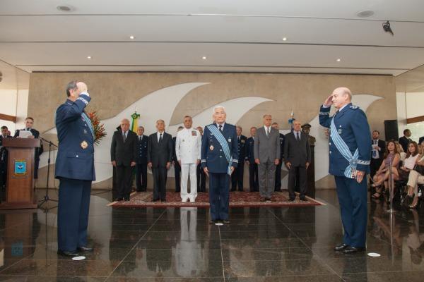 Em solenidade na Base Aérea de Brasília, o Tenente-Brigadeiro Machado assume a chefia do EMAER