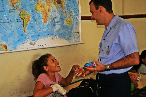 criança recebendo quite do comandante da BAFL2  S2 FILHO