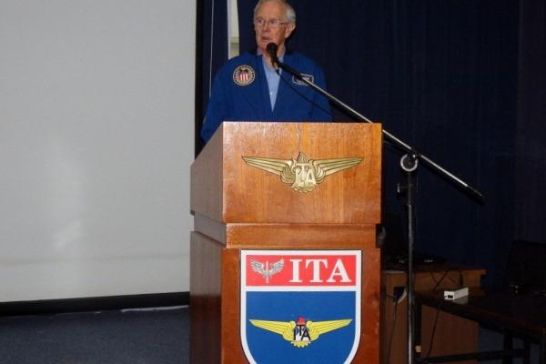 Cerca de 200 pessoas acompanharam a palestra de Charles Duke, um dos doze homens a pisar na lua